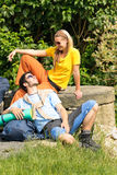 Jungen Paarrucksack wandernd, entspannen Sie sich sonnigen Tag lizenzfreie stockfotos