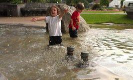 Jungen am Park mit Wasser Stockfotografie