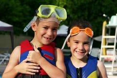 Jungen am Pool Stockbilder