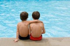 Jungen am Pool Lizenzfreie Stockfotografie