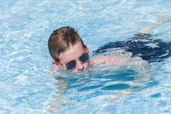 Jungen-Pool-Blau-Sommer Stockfotos