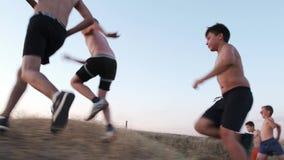 Jungen rütteln auf einem Feld stock footage
