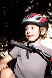 Jungen-Radfahrer an der Dämmerung Lizenzfreie Stockfotos
