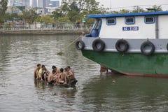 Jungen in Saigon-Fluss Lizenzfreie Stockbilder