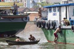 Jungen in Saigon-Fluss Stockbilder