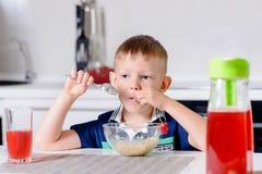 Jungen-Sammeln am Hafermehl-Getreide zur Frühstückszeit Stockbilder