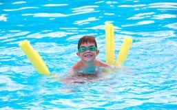 Jungen-Schwimmen Stockfoto