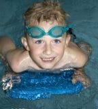 Jungen-Schwimmen Lizenzfreie Stockbilder
