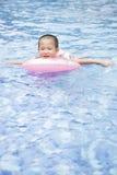 Jungen-Schwimmen Stockbild