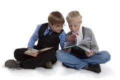 Jungen sind Lesebuch Lizenzfreie Stockfotografie