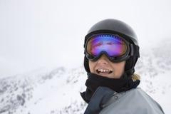 Jungen-Skifahrer auf Skispuren. Stockbild