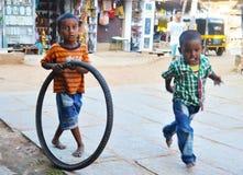 Jungen spielen auf der Straße Lizenzfreie Stockbilder