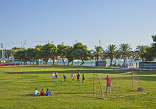 Jungen spielen Fußball an der Grenze des Meeres in Trogir Stockfotografie