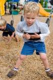 Jungen am Spielplatz Lizenzfreie Stockbilder
