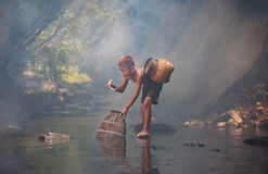 Jungen-Spielwassernatur Stockbilder