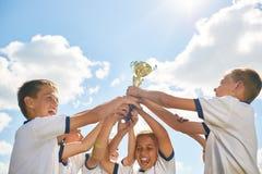 Jungen-Sport Team Holding Trophy Stockbilder