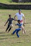 Jungen Sri Lankan und fremde Männer spielen ein Spiel des Fußballs in Galle in Sri Lanka stockfoto