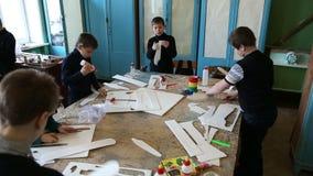 Jungen stellen Flugzeugmodelle her stock video