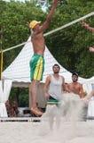 Jungen am Strand feuern in die Stadt während der Sommerferien eine Salve ab lizenzfreies stockfoto