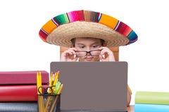 Jungen-tragende Gläser und Sombrero und mit Laptop Stockbilder