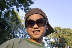 Jungen-tragende Sonnenbrillen - horizontal Stockbilder