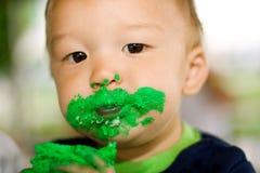 Jungen-tragender Geburtstag-Kuchen Lizenzfreie Stockfotografie