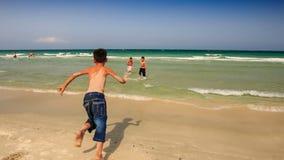Jungen treffen Azure Ocean Waves Swim Gambol im Schaum stock video footage