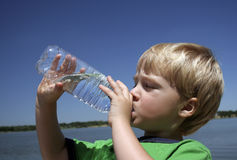 Jungen-trinkender Tafelwaßer Stockfoto