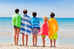 Jungen trocknen weg mit Badetuch nach Seeschwimmen lizenzfreies stockfoto
