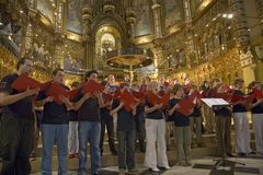 Jungen u. Mädchenchor singen in der Benediktiner-Abtei bei Montserrat, Santa Maria de Montserrat, nahe Barcelona, Katalonien, Spa Stockfotos
