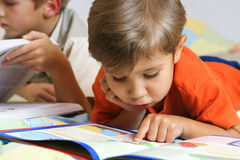 Jungen und Bücher Stockbilder