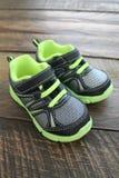 Jungen-und Kleinkind-athletische Tennis-Schuhe Stockfotografie