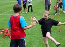 Jungen und Mädchen auf dem Spaßlack-läufer Stockfotografie