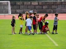 Jungen und Mädchen auf dem Spaßlack-läufer Stockbild
