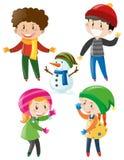 Jungen und Mädchen in der Winterkleidung Stockfotos