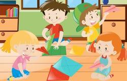 Jungen und Mädchen, die Papier im Raum falten Lizenzfreies Stockfoto