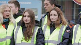 Jungen und Mädchen in emercom Jacken bleiben auf Straße gruppe Junge Retter stock video