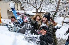 Jungen und Mädchen spielen mit Schneebällen in Saloniki Lizenzfreie Stockbilder