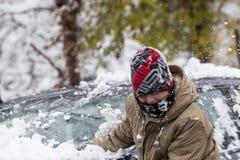 Jungen und Mädchen spielen mit Schneebällen in Saloniki Stockbild