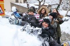 Jungen und Mädchen spielen mit Schneebällen in Saloniki Stockfotos