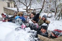 Jungen und Mädchen spielen mit Schneebällen in Saloniki Stockfoto