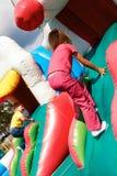 Jungen- und Mädchenaufstiege auf der Achterbahn Stockfotografie
