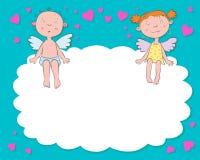 Jungen- und Mädchenengel auf einer Wolke Lizenzfreies Stockfoto