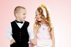 Jungen- und Mädchenholdinghände stockbild
