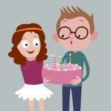 Jungen- und Mädchenholdingkuchen: Junge, der heraus Kerzen durchbrennt stock abbildung
