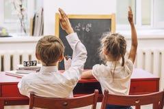 Jungen- und Mädchenkinder in der Schule hat ein glückliches Lizenzfreie Stockbilder