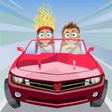 Jungen- und Mädchenreiten in einem Auto an der hohen Geschwindigkeit Lizenzfreies Stockbild