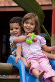Jungen- und Mädchenspielen Stockfotografie