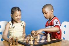 Jungen- und Mädchenspielen stockbild