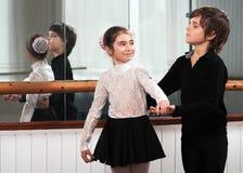 Kinder, die in einen Ballett Barre tanzen Lizenzfreie Stockfotos